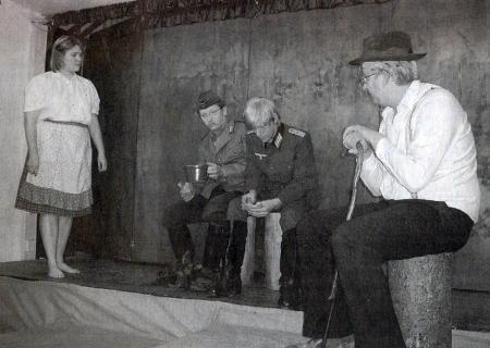 """Snímek z uvedení jeho hry """"G'raubte Hoamat"""" tj. """"Uloupený domov"""", na scéně """"Waldschmidtbühne"""" v bavorském Eschlkamu roku 2006, tedy 60 let poté, co ji autor napsal"""