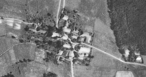 Červené Dřevo (viz i Maria Schmidt-Klimaová) na leteckých snímcích z let 1949 a 2008