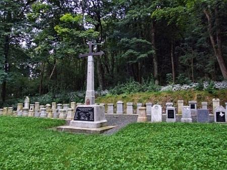 Novější úprava hřbitova v Červeném Dřevě na snímku z roku 2014