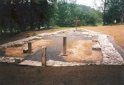 Základy kostela Panny Marie Bolestné v někdejším Červeném Dřevě, jak vyhlížejí dnes, ...