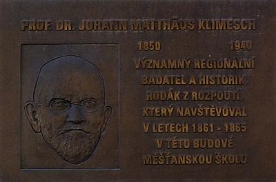 Pamětní deska s českým textem, odhalená dne 6. října roku 2010 k jeho poctě na budově bývalé německé měšťanské školy v Kaplici