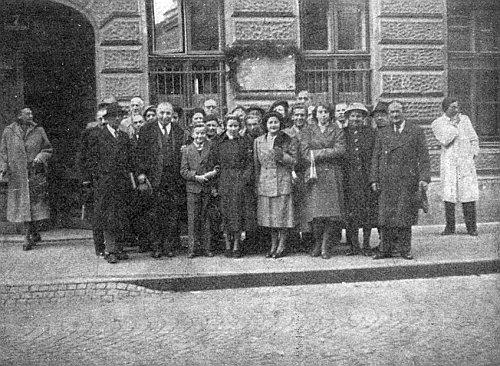 """Odhalení pamětní desky na domě zvaném """"Klimeschhaus"""" ve Vídni, vepředu nalevo stojí s kloboukem v ruce Franz Xaver Lenz"""