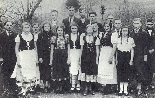 Mladí obyvatelé vsi Hora na snímku někdy z roku 1939 či 1940