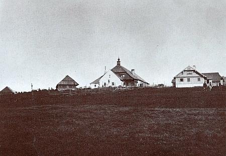 Na snímku vpravo je někdejší dům čp. 3 v Horské Kvildě, uprostřed Pollaufův hostinec