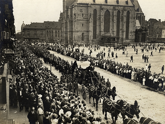 Záběr z pohřebního průvodu na náměstí v Plzni
