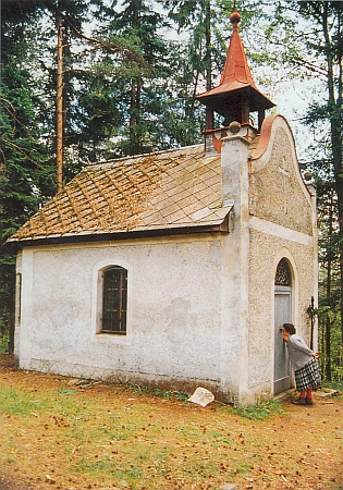 Lesní kaple z roku 1936 na výšině zvané Klapperberg (Klapperl) mezi Kašperskými Horami a Rejštejnem na místě Klostermannových prázdninových pobytů...