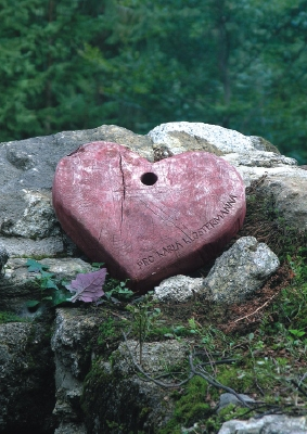 """""""Červené srdce"""", známé z jedné jeho povídky souboru V srdci šumavských hvozdů (její původní německá verze má název """"Die Steinzen-Agnes""""),     leží dodnes v troskách stěn Hauswaldské kaple (viz i Franka Woraczová)"""