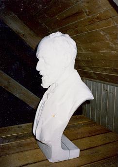 Busta spisovatele umístěná v prvních letech 21. století v myslivně na Březníku...