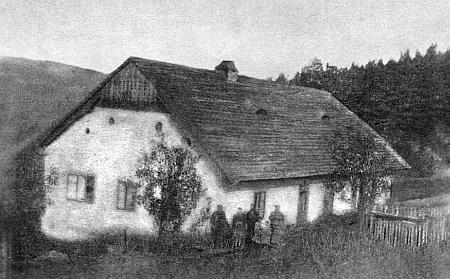 """Tzv. """"Bílý domek"""" na Klapperlu, místo spisovatelových letních pobytů a rodina """"domácích"""" zachycená tu s ním, stojícím vlevo"""