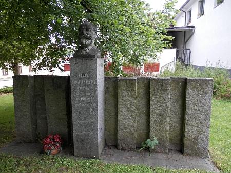 Spisovatelův pomník v Kašperských Horách