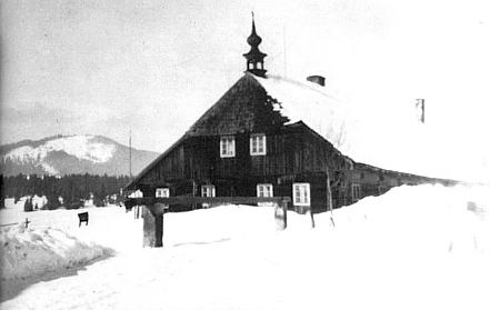 Rodný dům jeho otce Josefa Klostermanna na Horské Kvildě, zvaný Gregernhaus (zde na zimním snímku, pořízeném někdy na počátku 20. století a převzatém z knihy, jejíž barevnou obálku navíc zdobí jeho sfotografickým záběrem téměř totožné výtvarné zpodobení), který byl po druhé světové válce zbořen - jen střešní zvoničku se podařilo přemístit na chalupu v Horním Antýglu čp. 29, stojící pod vlevo vzadu viditelnou horou, dnes na mapách zvanou Sokol (dříve Antigl)