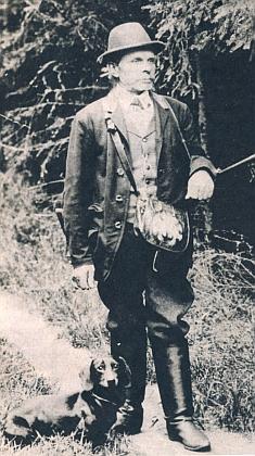 Hajný hraběte Kolowrata Adalbert Meindl s jezevčíkem, který prý zabloudil v liščí noře a jen proto, že zcela vyhladověl, mohl se po delší době prodrat zpět na svobodu
