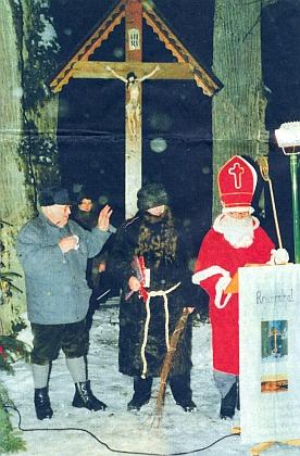 U vesnického kříže mezi lipami v zaniklém rodišti provází Mikuláše a vousatého čerta, to aby ta hnědá nádhera zakryla ženskou bradu
