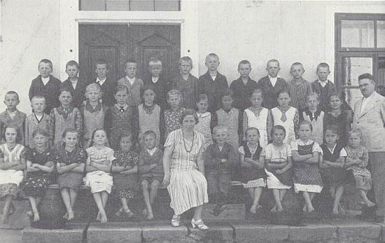 Paní učitelka Klufaová se svými žáky ve Svérazi na snímku z roku 1930...