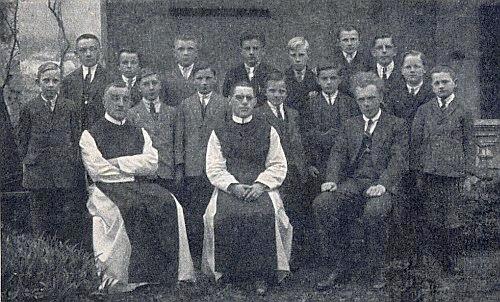 Na vzácném snímku z dubna 1926 je zachycen sedící vpředu s Dr. Valentinem Schmidtem (první zleva) a Dr. Dominikem Kaindlem (uprostřed)