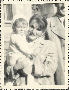 Malá Renatka se svou maminkou, paní Henriette Sazymovou