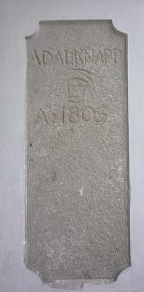 Na domě v České ulici s dnešním čp. 7 zůstala v oblouku podloubí památka narodinu Knappových z počátku 19. století