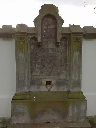 Dva náhrobky rodiny Knappovy na českobudějovickém Staroměstském hřbitově