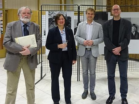 V Jihočeské vědecké knihovně s autory Kohoutího kříže (vlevo Jan Mareš, zcela vpravo Ivo Kareš), vedle Anny Knechtelové stojí Antonín Sekyrka, ředitel Gymnázia Česká