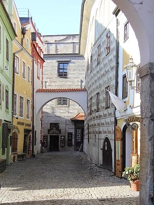 V pohledu z Klášterní ulice směrem k Latránu je dům čp. 47 ten bílý nalevo