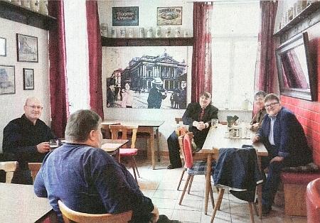 """Její snímek zachycuje """"poslední pivo"""" před koronakrizí 2020 v mnichovské hospodě """"Brünner Eck"""" tj. """"Brněnský kout"""", nalevo sedí Raimund Paleczek, třetí zleva Bernd Posselt"""