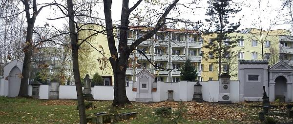 Náhrobky u severozápadní zdi staroměstského hřbitova - mezi nimi je i ten Antona Wasserburgera,     pod nímž je pohřben Johann Kneissl, podle nápisu už ale není identifikovatelný