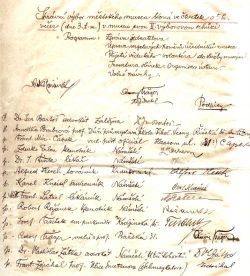 """Tady ho nacházíme mezi členy správního výboru městského muzea v roce 1919, kus vedle """"emeritního purkmistra"""" Josefa Tascheka"""