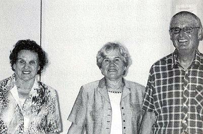 Margarete Knofová (uprostřed) se dvěma dosud žijícími herci strýčické vánoční hry na rodáckém setkání