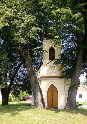 Návesní kaple v rodných Dobčicích...
