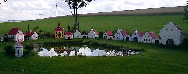 V Plešovicích pod Kletí postavil Jiří Bauer model jihočeské vesnice, inspirovaný selským barokem