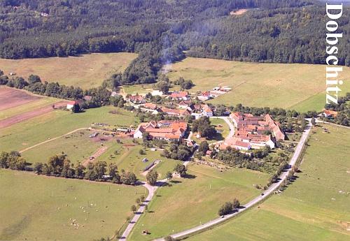 """Dobčice na leteckém snímku, vlevo nahoře v lese patrné střechy zdejší, kdysi """"vyšebrodské"""" hájovny (napravo) a myslivny (nalevo)"""
