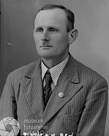 """Její otec Jakob Seemann na snímku fotoateliéru Seidel na adresu """"Dobschitz 13"""", zachycujícím ho se stranickým odznakem NSDAP na klopě"""