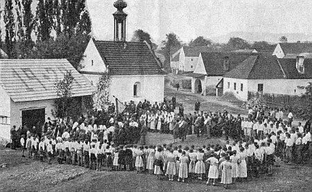 Svatodušní slavnost mezi válkami v Záboří (Saborsch) blízko Holašovic