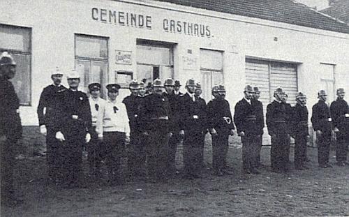 Hasiči z Holašovic (Hollschowitz) stojí na snímku z roku 1928 před obecním hostincem a mají jména těch ze seznamu v článku Margarete Knofové