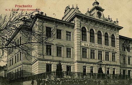 """Pohlednice Johanna Hirsche zachycuje """"novou"""" (od r. 1897) budovu prachatického gymnázia"""