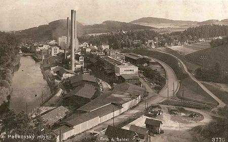 Nová trasa silnice se podle pohlednice Josefa Seidela přizpůsobila budovanému závodu