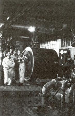 Arno Kny s vrchním dílovedoucím Josefem Müllerem v brusírně dřeva papírny Puente-Alto