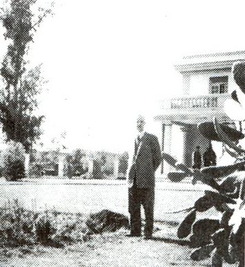 Pan inženýr Reinhard Kny před správní budovou papírny v Puento-Alto