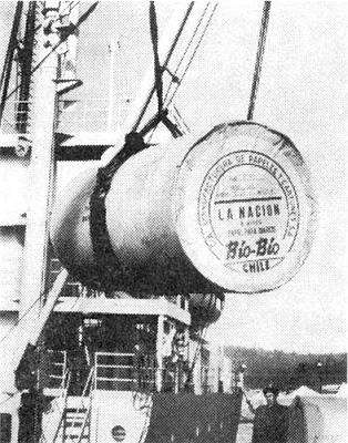 Papírové kotouče pro papírnu Bio-Bio, určené knovinovému tisku deníku La Nación v Buenos Aires, jsou nakládány na loď v přístavu Talcahuano
