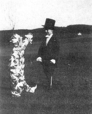 Tady je zachycen coby cirkusový ředitel vdětském školním představení na louce uněmecké obecné školy ve Větřní