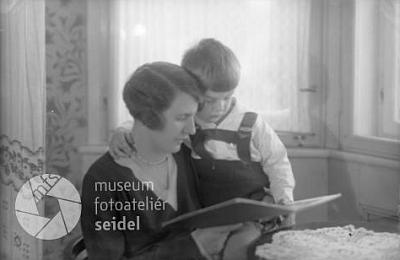 S maminkou na dvou snímcích z fotoateliéru Seidel, datovaných 1. prosince 1929
