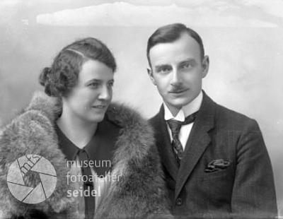 Jeho rodiče Reinhart a Elisabeth Knyovi na snímku zfotoateliéru Seidel, datovaném 7. prosince 1924