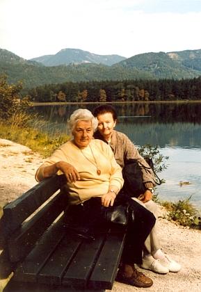 Arnova žena Magda s paní Leou Vávrovou roku 1998 nad jezerem Offensee v rakouském Solnohradsku