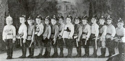 """Mezi malými """"hasiči"""" je na snímku z roku 1931 on ten druhý zleva"""
