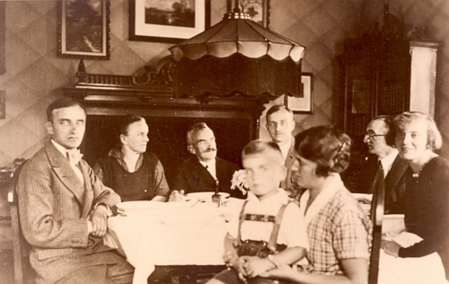 Na snímku z 5. září roku 1930 sedí odleva Arnův strýc Richard, babička Maria, roz. Lumpeová, dědeček Anton, otec Reinhard, strýc Erhard a teta Ria (Maria) - vepředu sedí sám Arno na klíně své maminky Lisl (Elisabeth)