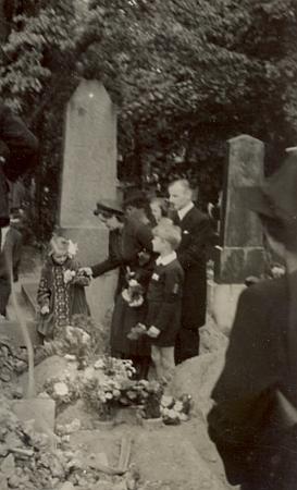 Pohřeb jeho děda Antona Knye na Olšanských hřbitovech 12. září roku 1939 za doprovodu Reinharda Knye ajeho ženy Elisabeth - se svými dvěma dětmi Leou a Riem je na snímcích zachycena i Jana Knyová, jejíž muž Volkhard Kny odešel rok předtím se svou druhou ženou, Němkou Idou Hornovou, do Indie