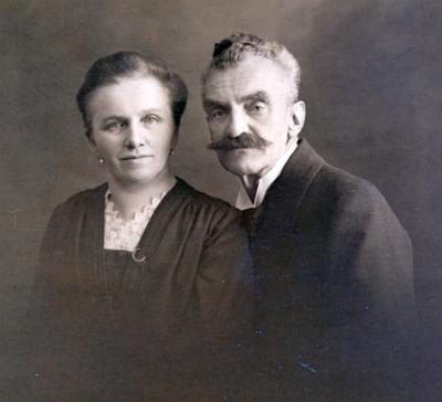 Jeho děd, zvěrolékař Anton Kny (1861-1939), se svou ženou Marií Annou, roz. Lumpeovou (1869-1932)
