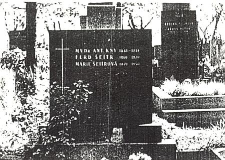 Dědův hrob na Olšanech (na náhrobním kameni chybí ještě jméno Jana Knyová, roz. Šeitrová)