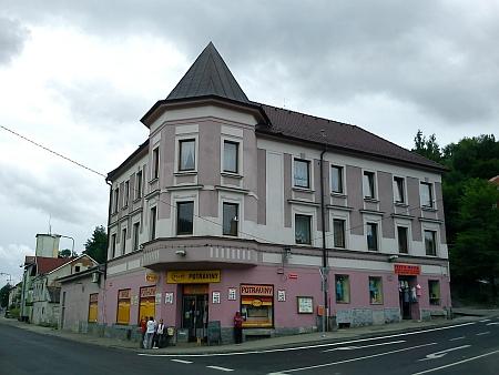 """Tzv. """"Spitzwirt"""" byla nejmarkantnější budova hned naproti papírně"""
