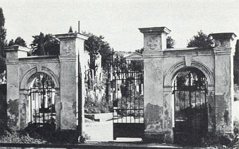 Vstupní brána hřbitova v Horšovském Týně na snímku Karla Sticha zezáří 1979